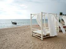 在热带海滩的饭桌 库存图片