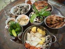 在热带海滩的饭桌 免版税库存照片