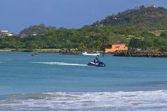 在热带海滩的水上运动在格洛斯小岛村庄在圣卢西亚,加勒比 免版税库存照片