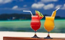 在热带海滩的水果鸡尾酒 库存照片