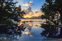 在热带海滩的水池在日落的Cerf海岛上 免版税库存照片
