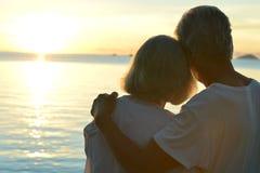 在热带海滩的年长夫妇休息 免版税库存照片