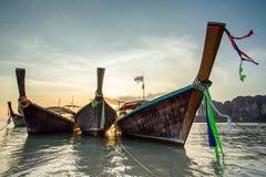 在热带海滩的Longtail小船 免版税库存图片