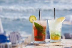在热带海滩的Mojito饮料 库存照片