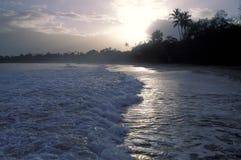 在热带海滩的Runrise 免版税图库摄影