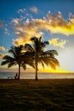 在热带海滩胜地的日落场面 库存图片