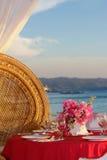在热带海滩设定的婚礼桌 免版税库存照片