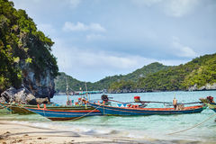 在热带海滩,泰国的小船 库存照片