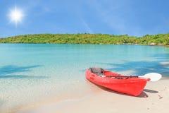 在热带海滩,泰国的红色皮船 免版税库存照片
