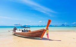 在热带海滩, Krabi,泰国的长尾巴小船 库存图片