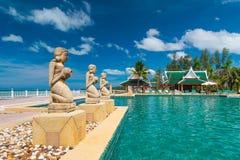 在热带游泳池的喷泉雕象 免版税库存图片