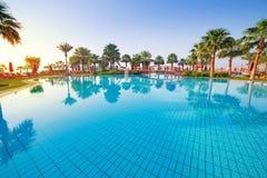 在热带游泳池的日出 免版税库存图片