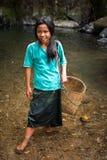 在热带瀑布附近的未认出的逗人喜爱的亚裔女孩 老挝 免版税库存图片