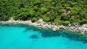 在热带火山岛附近的风平浪静 蓝色海和绿色密林平安的水寄生虫视图在石岸附近的  股票视频