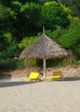 在热带白色沙子海滩的Sunbeds 免版税库存照片
