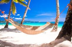 在热带白色沙滩的秸杆吊床 免版税库存图片