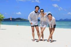 在热带白色海滩的朋友立场 库存照片
