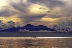 在热带的日落的山 库存图片