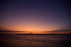 在热带的日落的海岛 库存图片