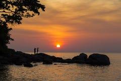在热带的日落的海洋 在海洋海岸Phu的晚上 图库摄影