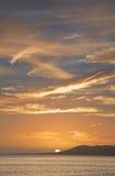 在热带的日落的海洋 库存图片