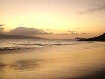 在热带的日落的海滩 图库摄影