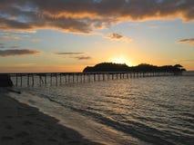 在热带的日落的海滩 免版税库存图片