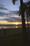 在热带的日落的海滩 免版税图库摄影