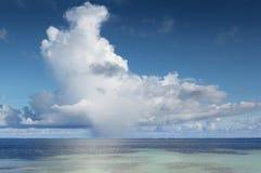 在热带的积雨云大海洋 免版税库存照片