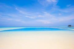 在热带的豪华无限游泳池 免版税库存照片