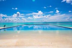 在热带的豪华无限游泳池 免版税图库摄影
