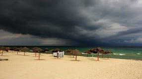 在热带的风暴的处理的海滩 免版税库存图片