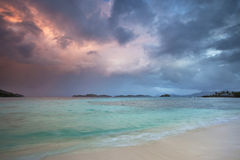 在热带的风暴的海滩云彩 图库摄影
