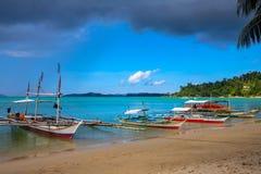 在热带盐水湖海水的传统filippino小船  巴拉旺岛跳岛战术游览 在晴朗的海边的旅游巡航 免版税库存照片