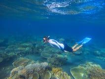 在热带盐水湖海里的照片的男性废气管 潜航的珊瑚礁 暑假活动 免版税库存图片