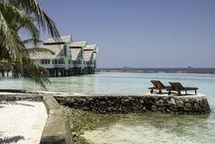 在热带盐水湖的躺椅 库存图片