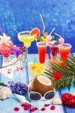 在热带蓝色木头的五颜六色的混杂的鸡尾酒 免版税库存照片