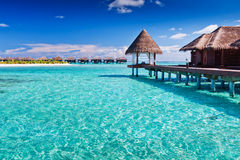 在热带蓝色海岛overwater的温泉附近 免版税库存图片