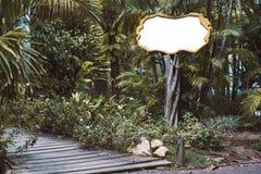 在热带设置的木空的牌大模型 库存图片