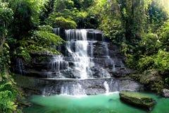 在热带雨林的瀑布小瀑布与有绿色青苔的大岩石盖子在雨以后 采取在Cariu密林茂物在雨季 库存图片