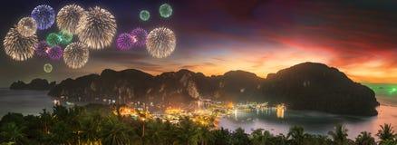 在热带风景上的美丽的烟花,泰国 库存照片