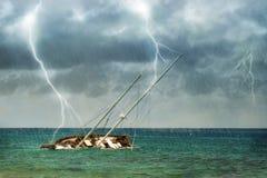 在热带风暴的海难 免版税库存照片