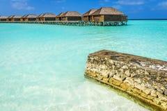 在热带马尔代夫海岛上的豪华水别墅 免版税库存图片