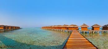 在热带马尔代夫海岛上的平房 库存图片