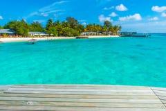 在热带马尔代夫海的海岛和秀丽的木板条 免版税库存图片