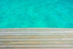 在热带马尔代夫海的海岛和秀丽的木板条 库存图片