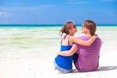 在热带boracay beach.honeymoon的新美好的夫妇 免版税库存图片