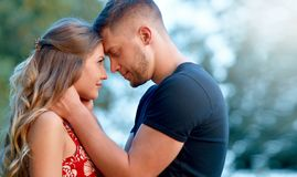在热情地拥抱的爱的夫妇 免版税图库摄影