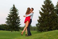 在热情地拥抱的爱的夫妇 图库摄影