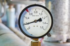 在热水管道的测压器在锅炉室 免版税库存图片